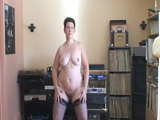 mature lady with a plump ass dancing on her webcam